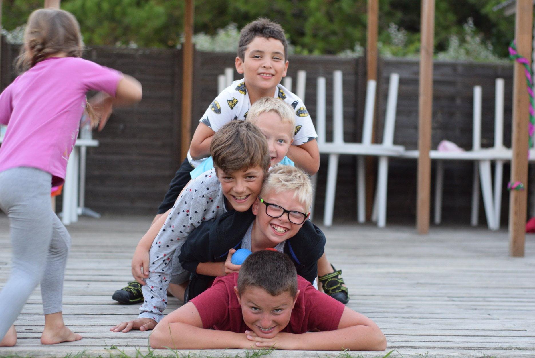 Des enfants les uns sur les autres au Camping Le Bellevue de Valras-plage
